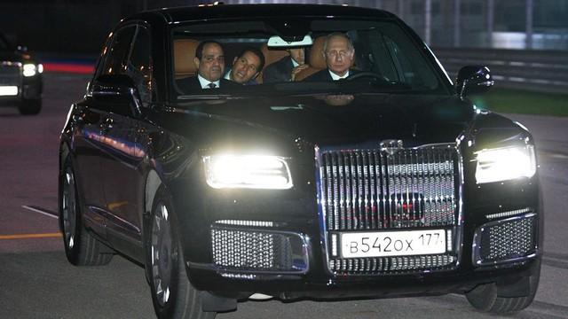 Tổng thống Putin đích thân cầm lái Rolls-Royce của nước Nga chở khách quý thăm thú đường đua F1 - Ảnh 2.