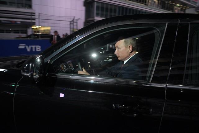 Tổng thống Putin đích thân cầm lái Rolls-Royce của nước Nga chở khách quý thăm thú đường đua F1 - Ảnh 3.
