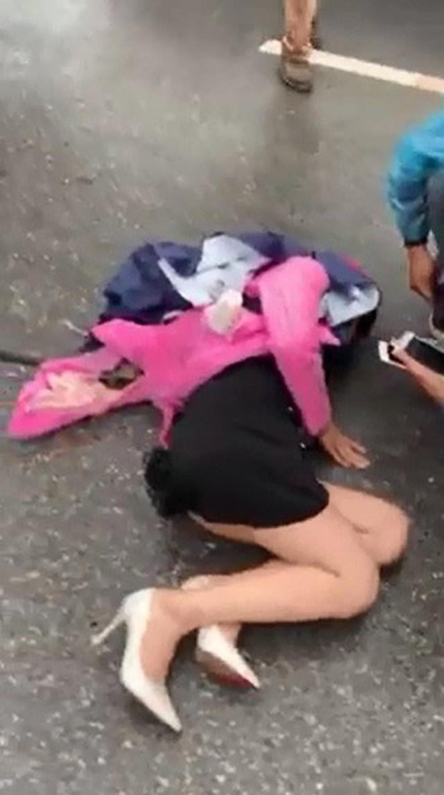 Tài xế mở cửa bất cẩn khiến người phụ nữ chạy xe máy bị kéo lê gần 10m - Vụ tai nạn ám ảnh - Ảnh 1.
