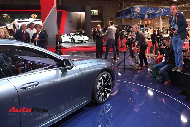 Đứng cạnh Ferrari nhưng xe VinFast vẫn hút đông đảo truyền thông quốc tế - Ảnh 9.