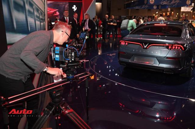 Đứng cạnh Ferrari nhưng xe VinFast vẫn hút đông đảo truyền thông quốc tế - Ảnh 4.