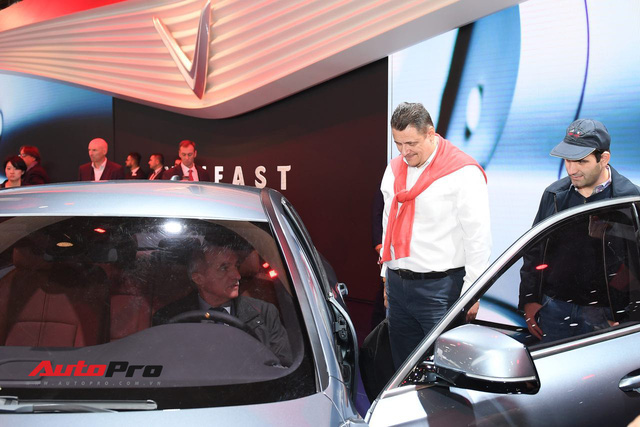 Đứng cạnh Ferrari nhưng xe VinFast vẫn hút đông đảo truyền thông quốc tế - Ảnh 2.