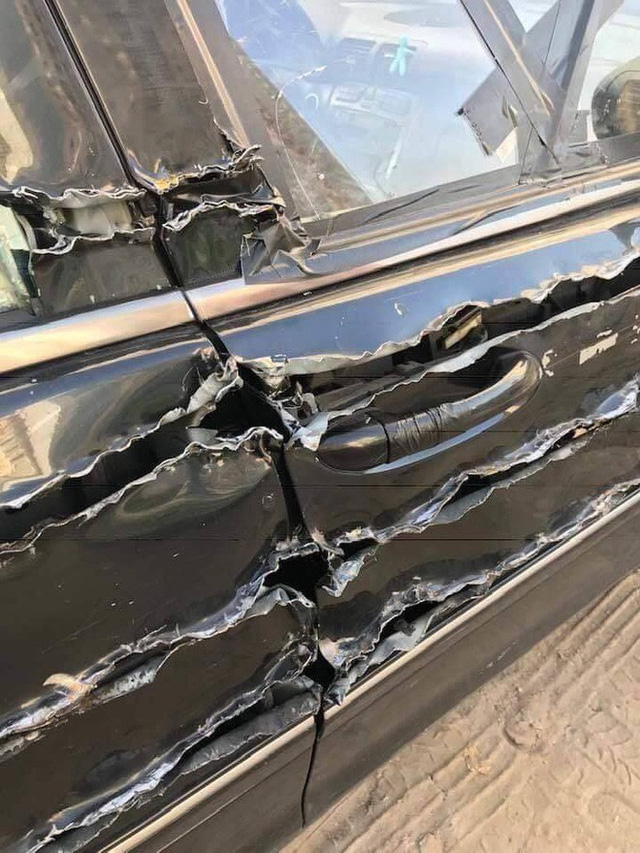Chiếc xe hơi bị xé rách, dân mạng hoang mang vì không rõ nguyên nhân - Ảnh 1.