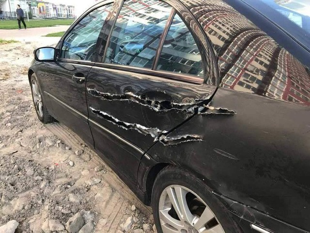 Chiếc xe hơi bị xé rách, dân mạng hoang mang vì không rõ nguyên nhân - Ảnh 2.