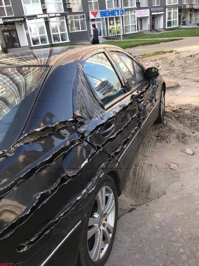 Chiếc xe hơi bị xé rách, dân mạng hoang mang vì không rõ nguyên nhân - Ảnh 4.