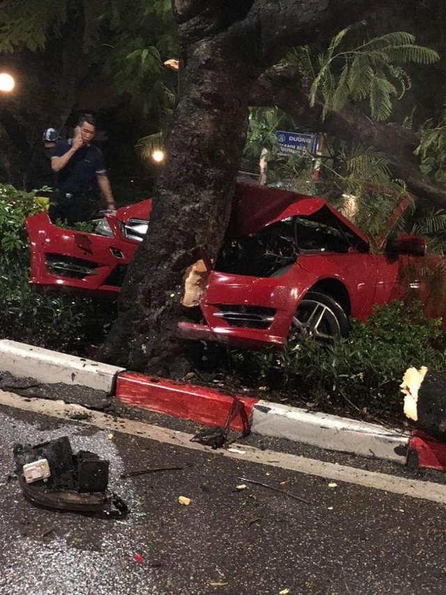 Hà Nội: Xe Mercedes mất lái đâm gãy cây khủng trên đường Thanh Niên - Ảnh 1.