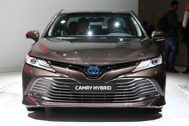 Toyota Camry đánh dấu sự trở lại Tây Âu ngoạn mục bằng phiên bản Hybrid tại cùng triển lãm với VinFast - Ảnh 1.