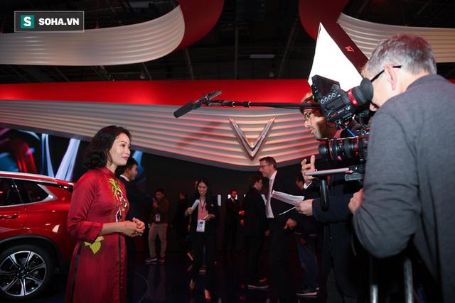 [Chùm ảnh] Nữ Chủ tịch VinFast duyên dáng bên mẫu xe hơi vừa ra mắt - Ảnh 8.