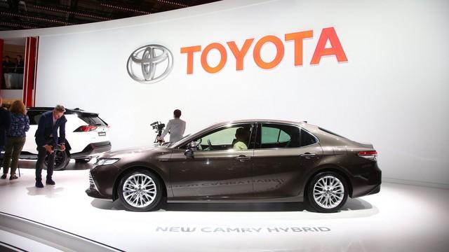 Toyota Camry đánh dấu sự trở lại Tây Âu ngoạn mục bằng phiên bản Hybrid tại cùng triển lãm với VinFast