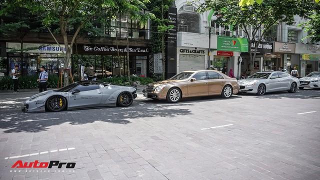 Dàn siêu xe, xe sang xếp lốp trên phố đi bộ Nguyễn Huệ dịp cuối tuần - Ảnh 1.
