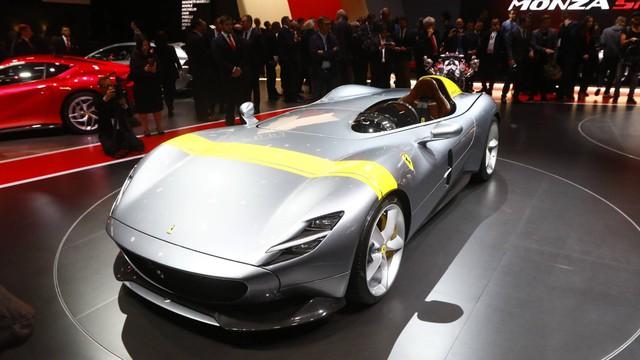 Ferrari Monza SP1 và SP2 - Hai siêu xe mui trần có thiết kế lạ lẫm ở Paris - Ảnh 1.