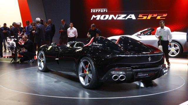 Ferrari Monza SP1 và SP2 - Hai siêu xe mui trần có thiết kế lạ lẫm ở Paris - Ảnh 3.