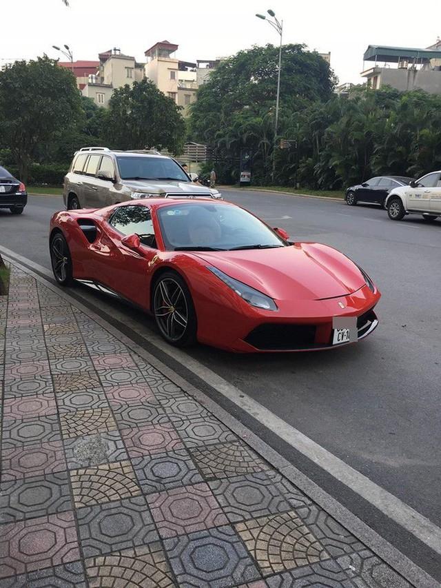 Siêu xe Ferrari bị xích bánh giữa đường, 2 ngày không ai tới nhận, bao lời đồn đại bủa vây - Ảnh 1.