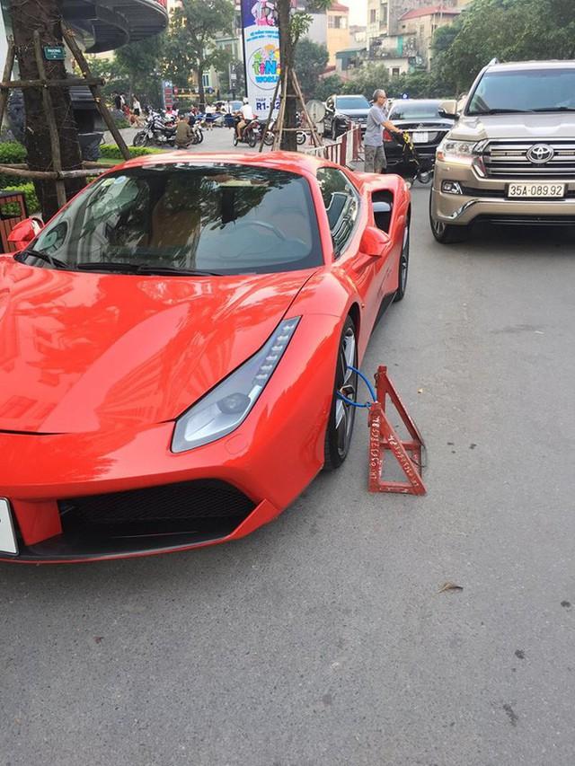 Siêu xe Ferrari bị xích bánh giữa đường, 2 ngày không ai tới nhận, bao lời đồn đại bủa vây - Ảnh 2.