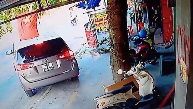 Dân chơi ngồi ô tô đắt tiền đi mua bánh gai, tiện tay trộm luôn chó của chủ quán - Ảnh 2.