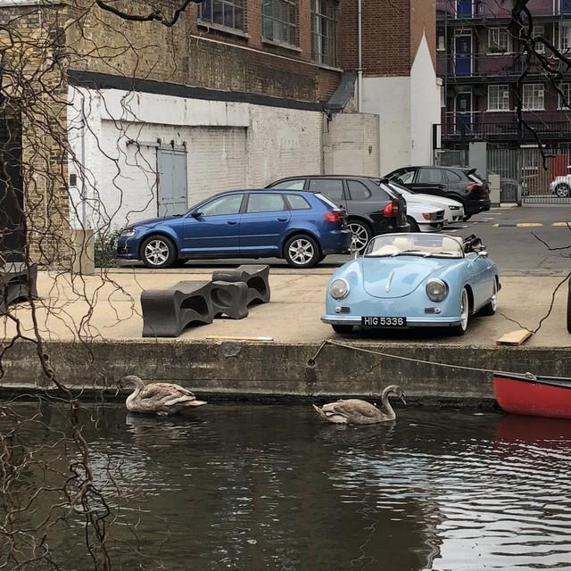 Bị xe giao hàng lùi trúng, xế độ Porsche lao xuống hồ nhưng câu chuyện sau đó mới đáng bàn - Ảnh 3.