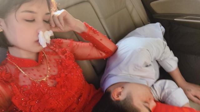 Hình ảnh cô dâu say xe bịt mũi bằng giấy ăn, đeo túi bóng trên miệng nhưng trước khi sấp mặt vẫn phải selfie khiến nhiều người bật cười - Ảnh 1.