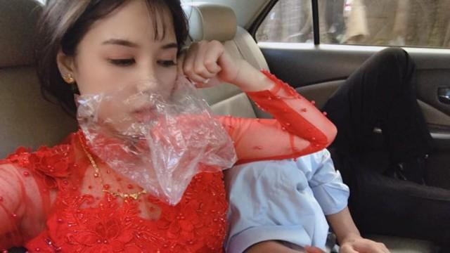 Hình ảnh cô dâu say xe bịt mũi bằng giấy ăn, đeo túi bóng trên miệng nhưng trước khi sấp mặt vẫn phải selfie khiến nhiều người bật cười - Ảnh 2.