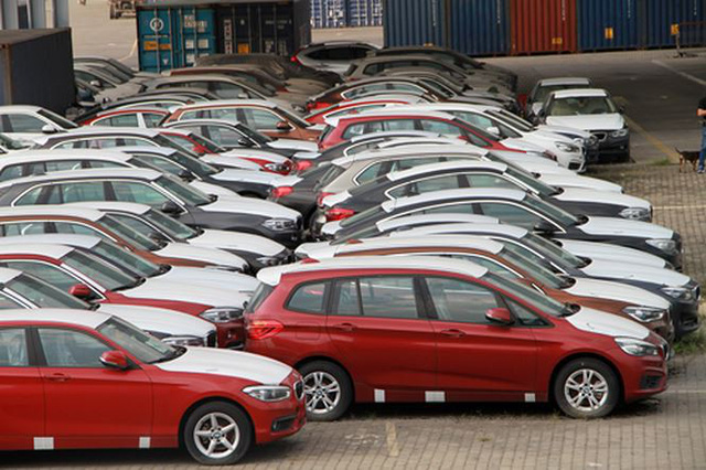 Hoãn xử vụ buôn lậu xe BMW vì bị cáo sinh con  - Ảnh 1.