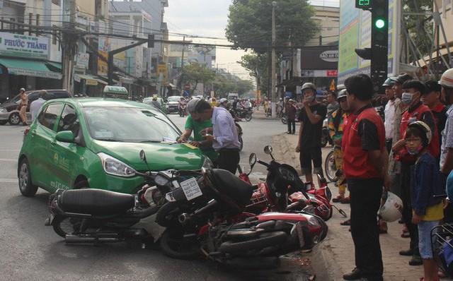 Taxi Mai Linh tông hàng loạt xe máy đang chờ đèn đỏ - Ảnh 1.