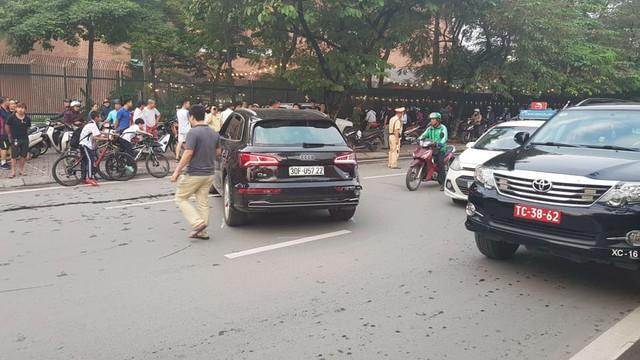 Nhầm số lùi, tài xế Audi Q5 ủi bay chiếc Mercedes-Benz GLK cùng 2 xe máy - Ảnh 5.