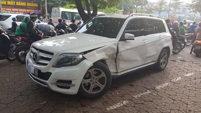 Nhầm số lùi, tài xế Audi Q5 ủi bay chiếc Mercedes-Benz GLK cùng 2 xe máy - Ảnh 4.