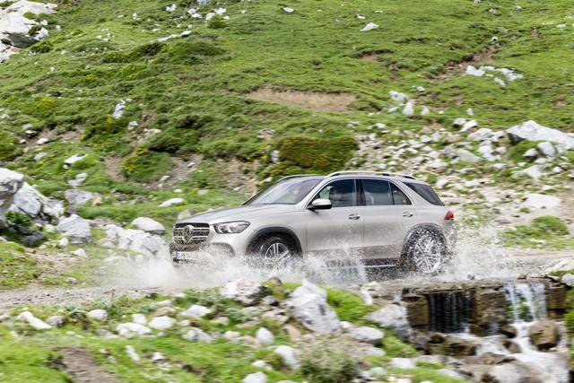 Màn nhún nhảy cho thấy khả năng offroad phi thường của Mercedes-Benz GLE mới - Ảnh 1.