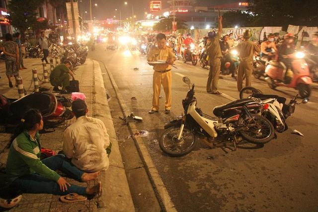 TP. HCM: Ô tô điên cuốn hàng loạt xe máy vào gầm khiến 1 người chết, nhiều nạn nhân nằm kêu cứu trên đường - Ảnh 3.