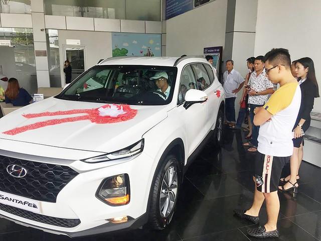 Mòn mỏi chờ đợi Hyundai Santa Fe 2019 ra mắt, nhiều khách Việt rút cọc, tìm xe khác chơi Tết - Ảnh 3.