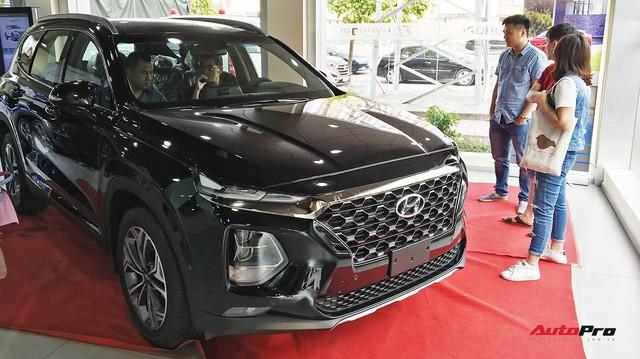 Sắp ra bản mới, Toyota Fortuner sảy chân: Bị Hyundai Santa Fe cướp ngôi vương SUV 7 chỗ, biến mất khỏi top 10 bán chạy tại Việt Nam - Ảnh 2.