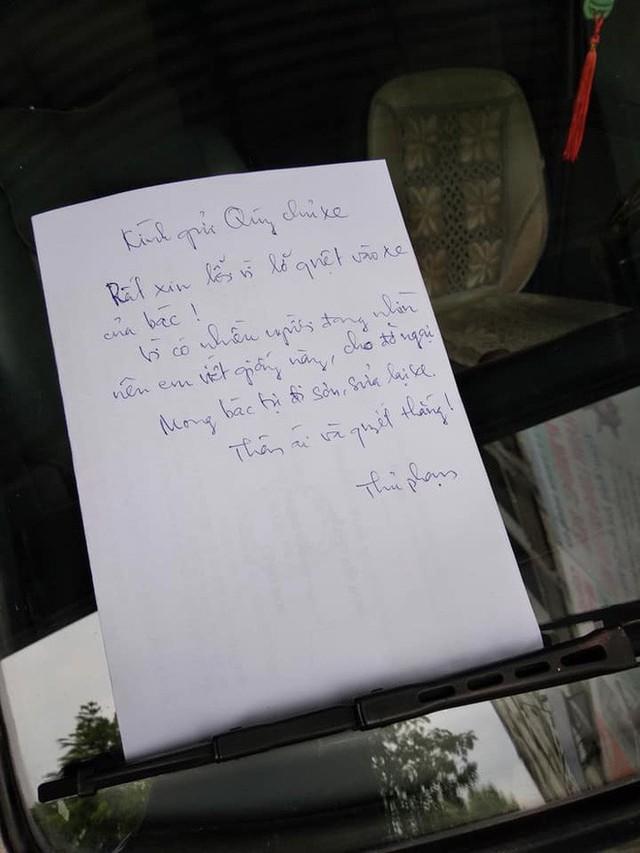 Mảnh giấy trắng trên kính ô tô khiến tài xế đọc xong không thể thốt lên lời - Ảnh 1.