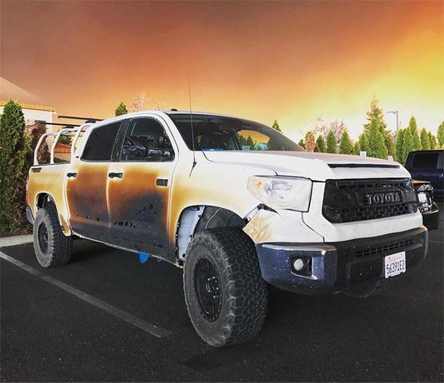 Đăng ảnh chiếc xe bị biến dạng sau khi mạng cứu nhiều người khỏi vụ cháy rừng khủng khiếp ở California, anh chàng y tá được Toyota tặng xe mới - Ảnh 2.