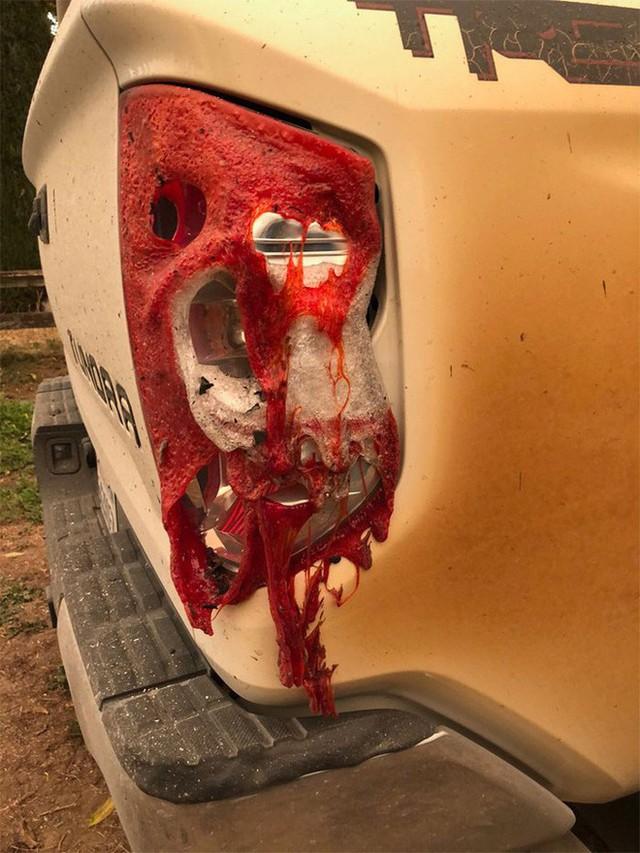 Đăng ảnh chiếc xe bị biến dạng sau khi mạng cứu nhiều người khỏi vụ cháy rừng khủng khiếp ở California, anh chàng y tá được Toyota tặng xe mới - Ảnh 4.