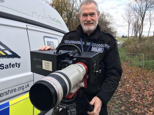 Góc gear chất: Cảnh sát giao thông tại Anh sử dụng ống kính Canon 100 - 400mm để bắn tốc độ! - Ảnh 1.