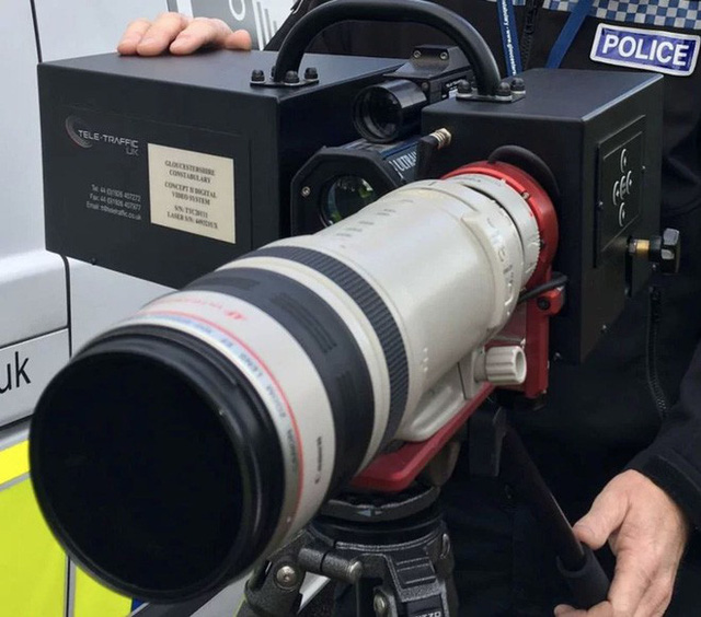 Góc gear chất: Cảnh sát giao thông tại Anh sử dụng ống kính Canon 100 - 400mm để bắn tốc độ! - Ảnh 2.
