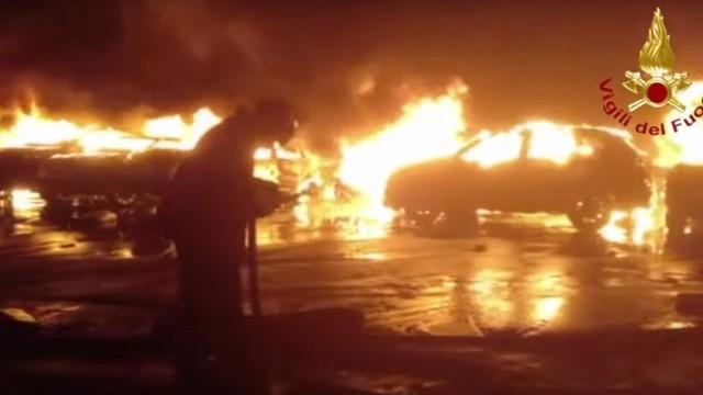 Hàng trăm chiếc Maserati và Fiat mới toanh cháy rụi tại cảng