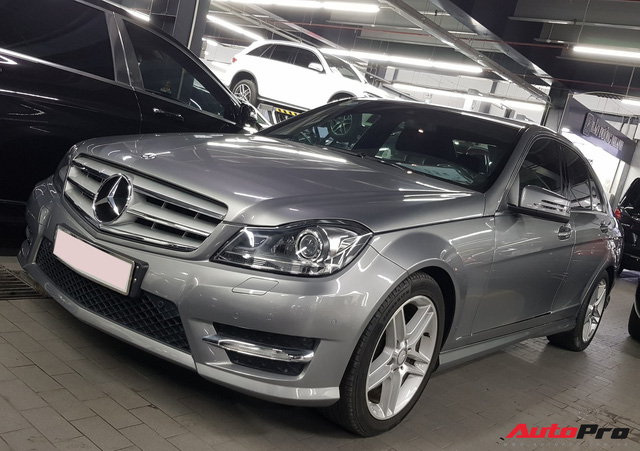 Mới chạy hơn 9.000 km, Mercedes-Benz C300 AMG 2011 đã rẻ như Toyota Altis - Ảnh 1.