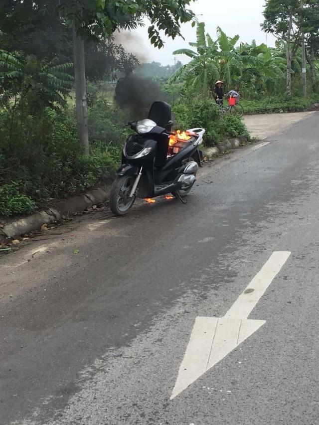 Hà Nội: Xe Honda SH bất ngờ bốc cháy giữa đường vì để pin dự phòng trong cốp - Ảnh 1.