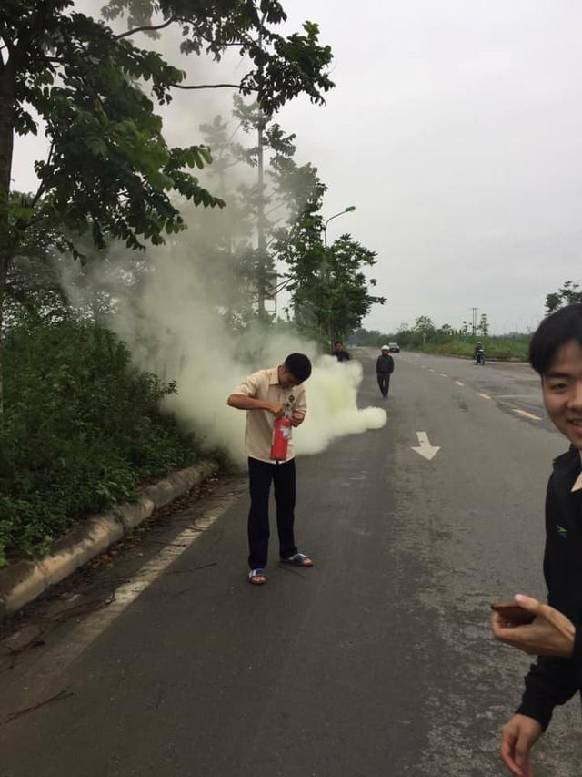 Hà Nội: Xe Honda SH bất ngờ bốc cháy giữa đường vì để pin dự phòng trong cốp - Ảnh 2.