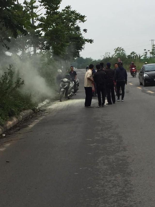 Hà Nội: Xe Honda SH bất ngờ bốc cháy giữa đường vì để pin dự phòng trong cốp - Ảnh 3.