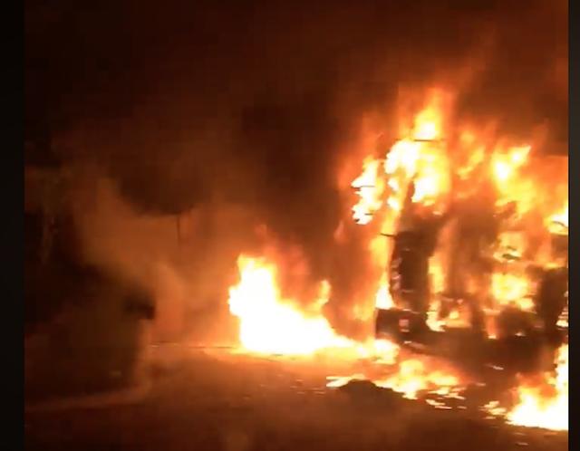 Bị đưa xe về cân tải trọng, xe đầu kéo bất ngờ bốc cháy trơ khung trước trạm CSGT - Ảnh 2.