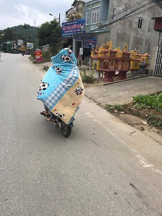 Trùm chăn điều khiển xe đạp, xe máy - Hành động không đẹp khi tham gia giao thông ngày gió mùa về - Ảnh 2.