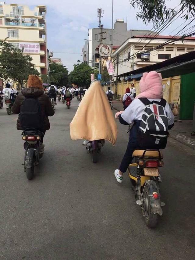 Trùm chăn điều khiển xe đạp, xe máy - Hành động không đẹp khi tham gia giao thông ngày gió mùa về - Ảnh 3.