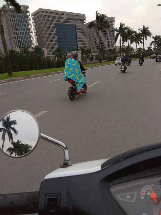 Trùm chăn điều khiển xe đạp, xe máy - Hành động không đẹp khi tham gia giao thông ngày gió mùa về - Ảnh 4.