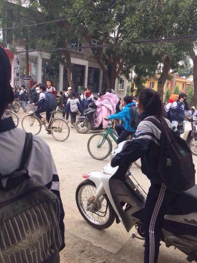 Trùm chăn điều khiển xe đạp, xe máy - Hành động không đẹp khi tham gia giao thông ngày gió mùa về - Ảnh 5.