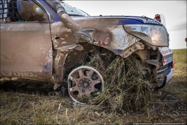 Góc fan Toyota tự hào: Land Cruiser mất bánh nhưng vẫn chạy đua địa hình suốt 70 km - Ảnh 1.