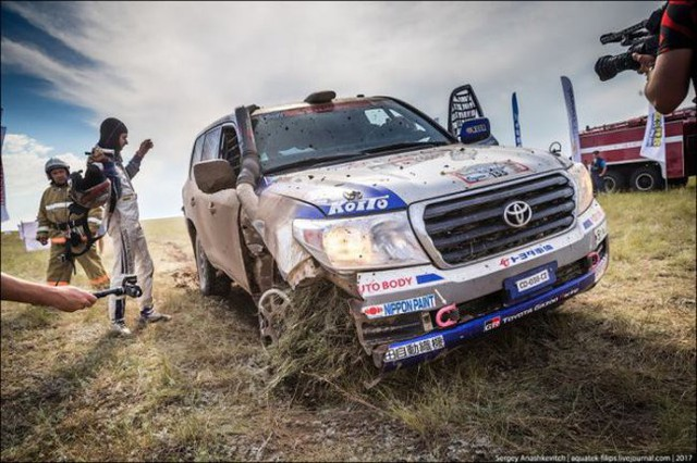 Góc fan Toyota tự hào: Land Cruiser mất bánh nhưng vẫn chạy đua địa hình suốt 70 km - Ảnh 4.