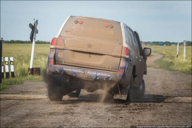 Góc fan Toyota tự hào: Land Cruiser mất bánh nhưng vẫn chạy đua địa hình suốt 70 km - Ảnh 2.