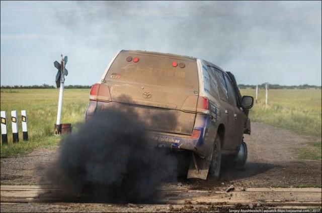 Góc fan Toyota tự hào: Land Cruiser mất bánh nhưng vẫn chạy đua địa hình suốt 70 km - Ảnh 8.