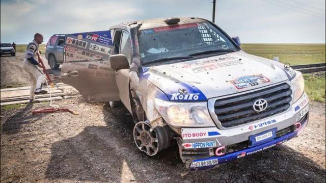 Góc fan Toyota tự hào: Land Cruiser mất bánh nhưng vẫn chạy đua địa hình suốt 70 km